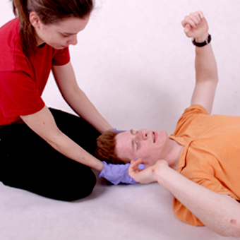 Epilepsziás roham elsősegély: kíméletesen fogja meg a beteg fejét, óvja az ütésektől, de ne szorítsa le!